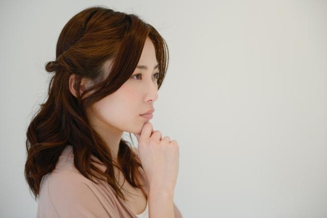 ランリッチ石鹸,手を顎に当てて悩んでいる女性の写真