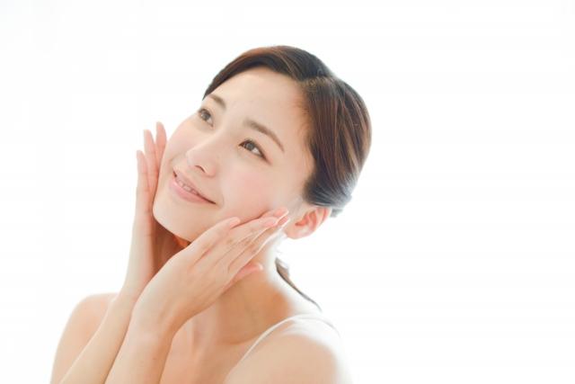 フラコラプラセンタ原液,シミ,頬に手をあてて微笑む女性の写真