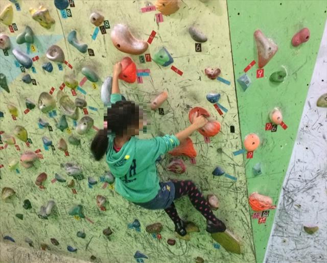 ボルダリング,子供,習い事,女の子が壁を登っている画像